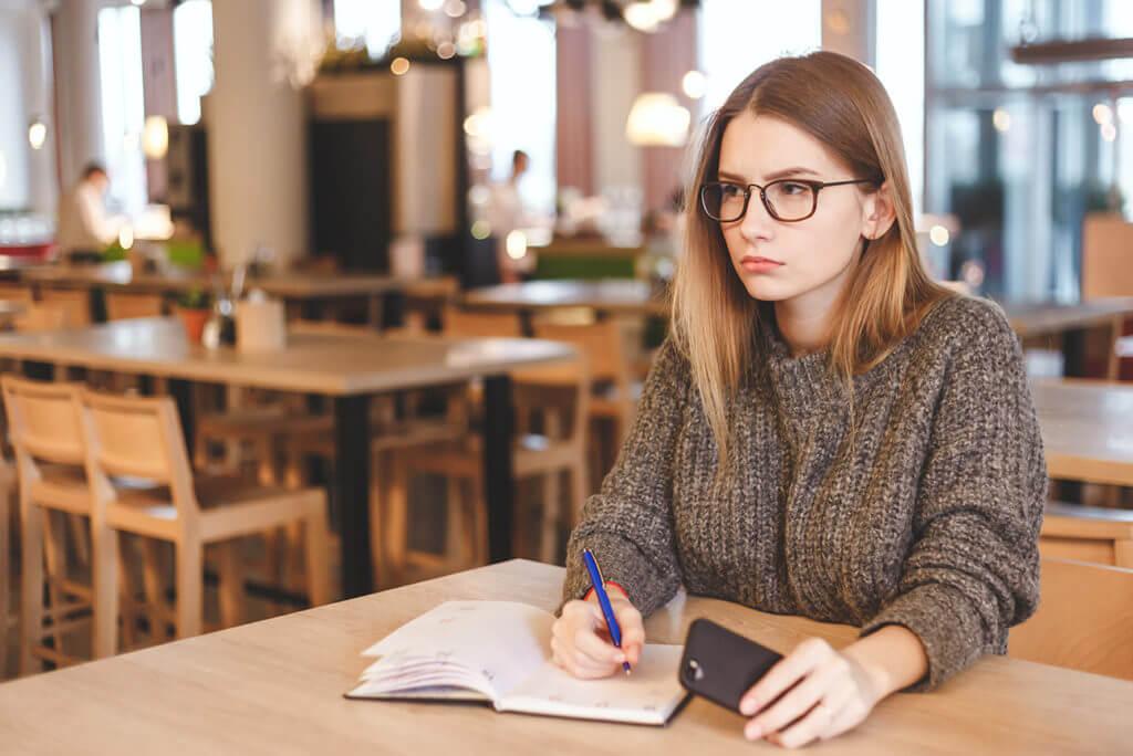 メニューデザインを考える女性