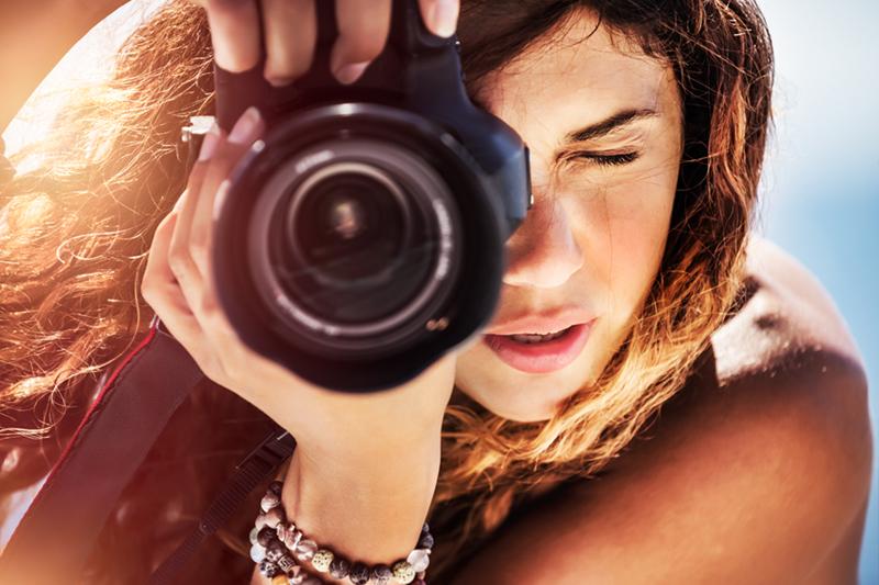 写真撮影に集中するカメラマン