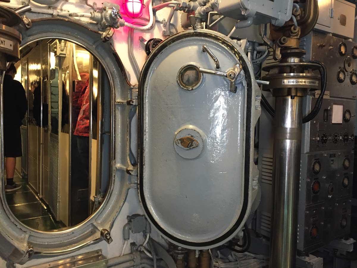 潜水艦内のドア