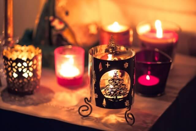 色とりどりのクリスマスキャンドル