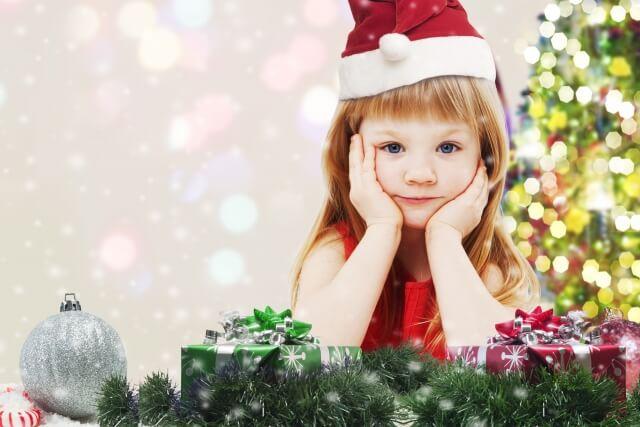 サンタ帽をかぶった女の子