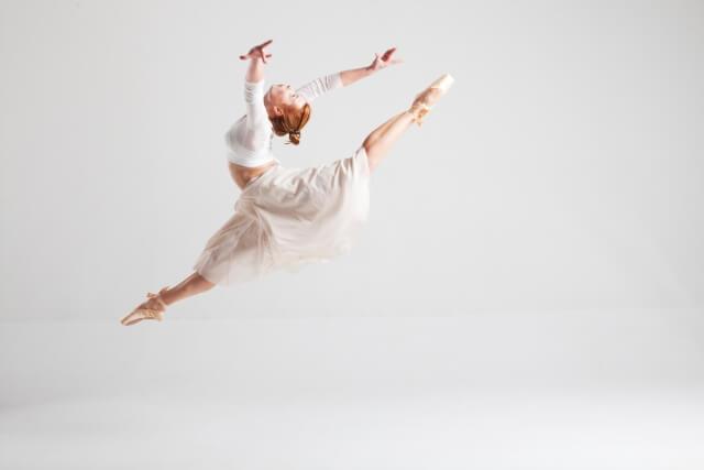 踊る女性バレリーナ