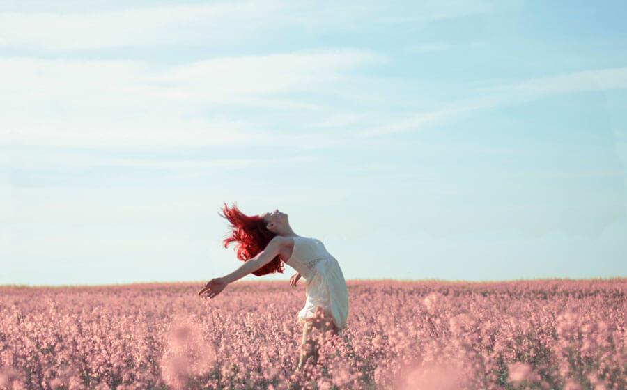 花畑で舞う女性