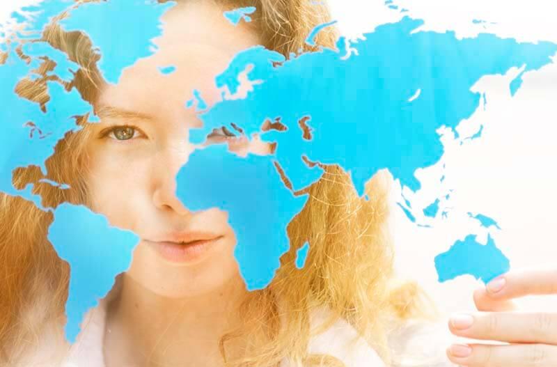 世界地図を見つめる若い女性