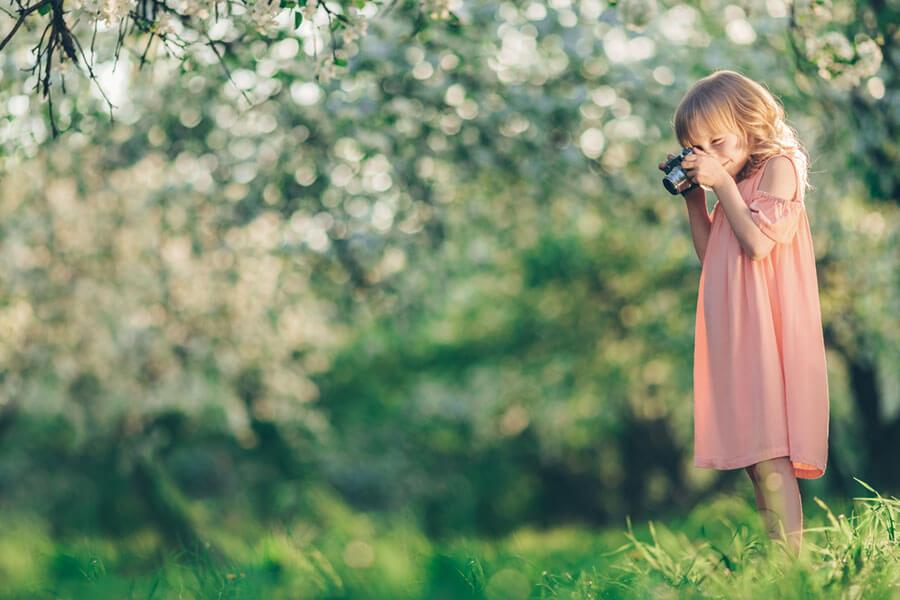写真をとる女の子