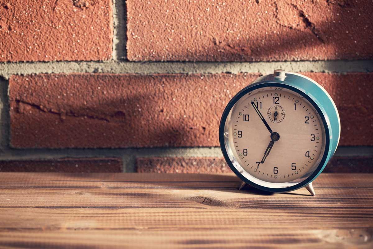 時計とレンガ