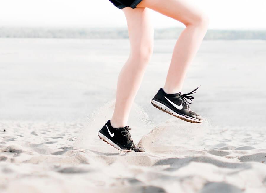 ジョギングする女性の脚