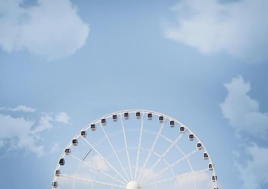 白い観覧車と青空