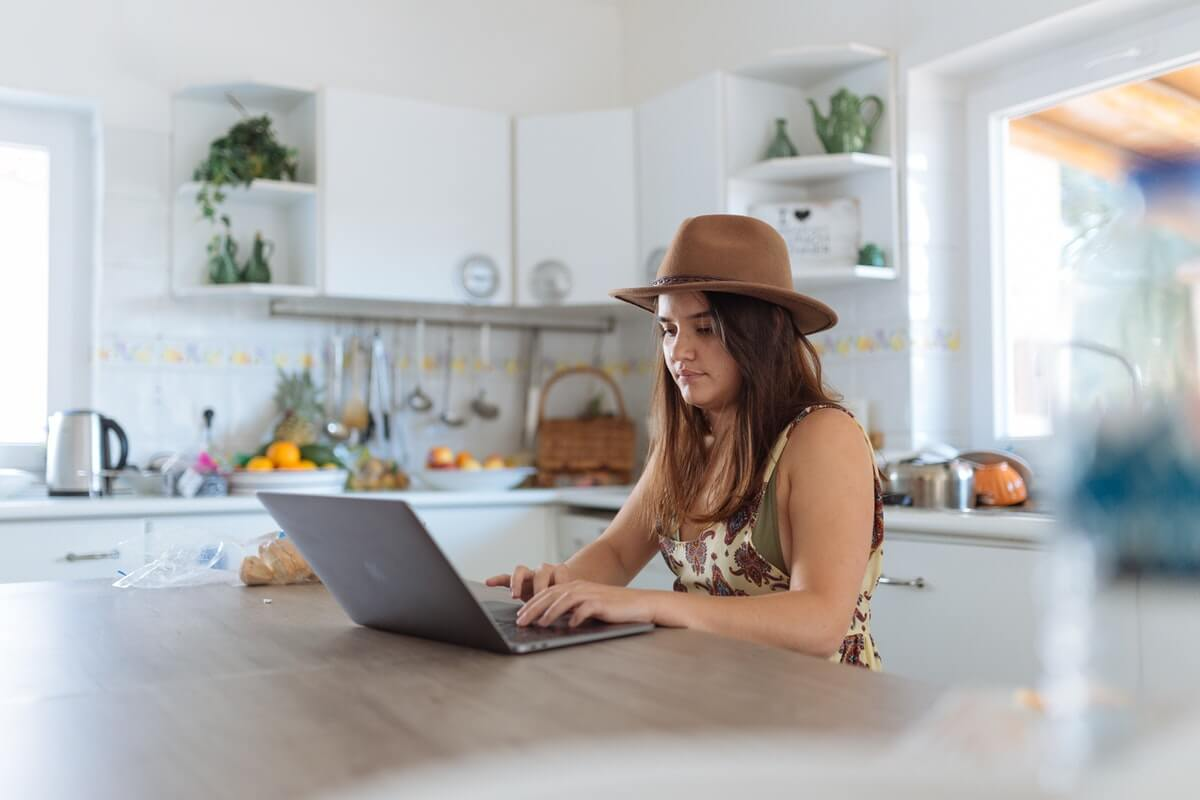 パソコン作業をする若い女性