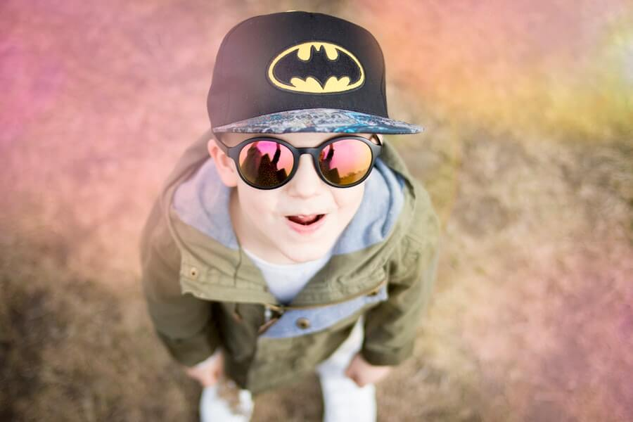 バットマンの帽子をかぶった男の子