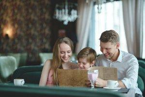 レストランでメニューを見る家族