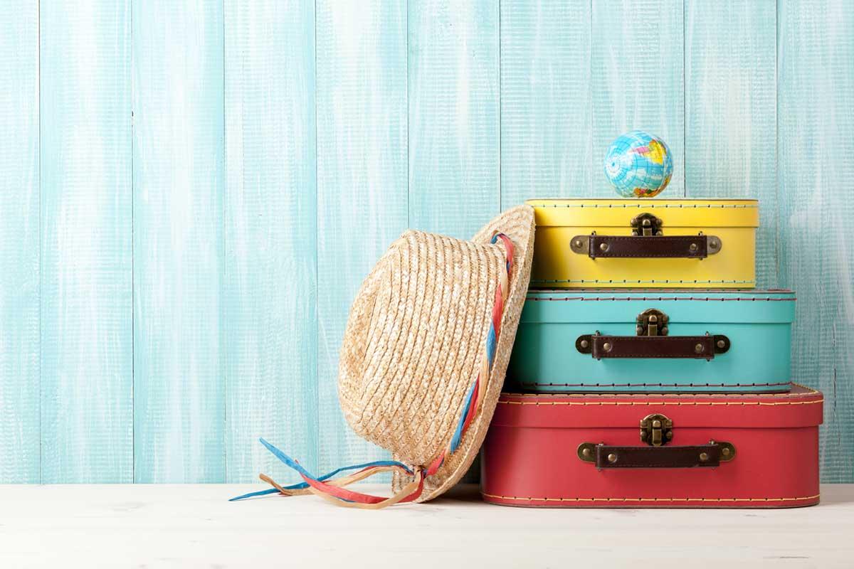 スーツケースと帽子と地球儀