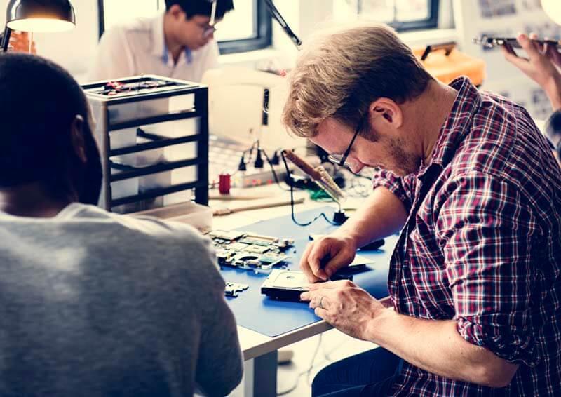 ハードディスクの修理をする男性
