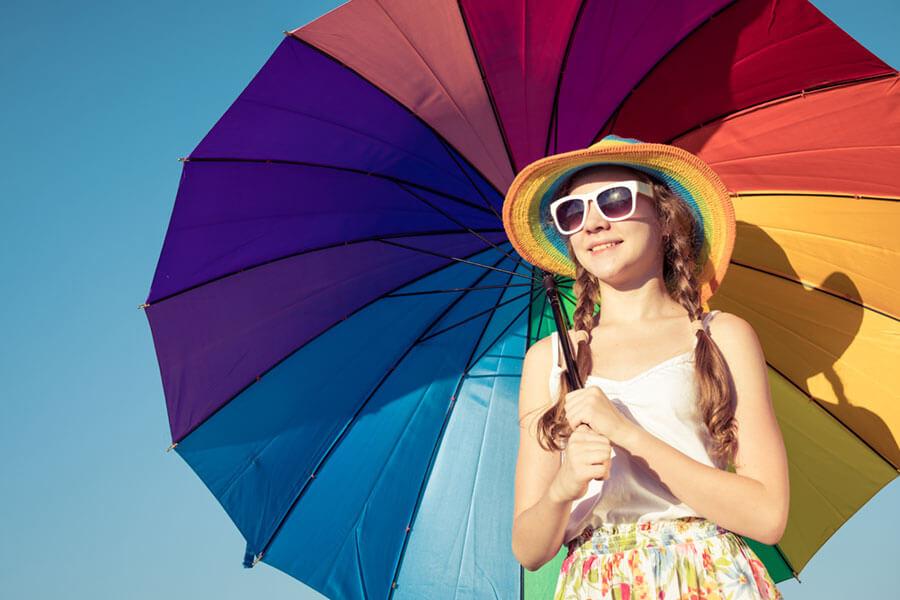 カラフルな傘をもつ女の子