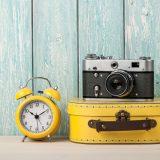 カメラとスーツケースと時計