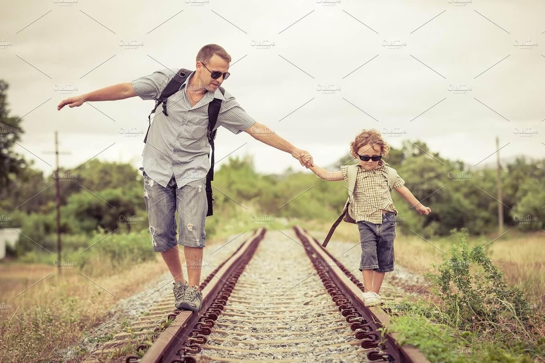 線路の上を歩く親子